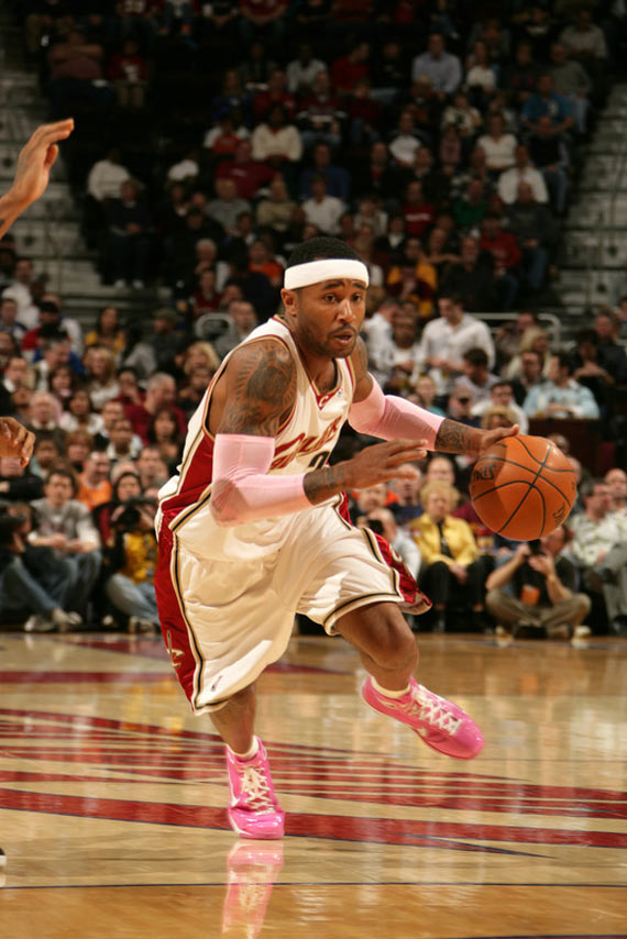"""On Court: LBJ & Cavs in """"Box Out Breast Cancer"""" LeBron VII & Hyperize"""