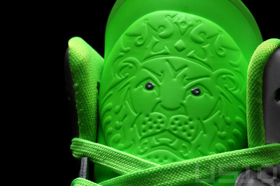 Nike-LeBron-8-P.S.-'Dunkman'-Detailed-Look-04
