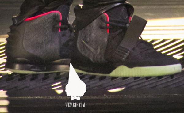 Invalidez Inmigración Punto de referencia  Nike Air Yeezy 2 Black/Pink | New Images | SneakerFiles