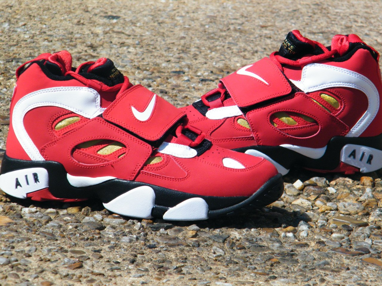 Nike Air Diamond Turf II 'Varsity Red/White-Metallic Gold' Arriving at Retailers