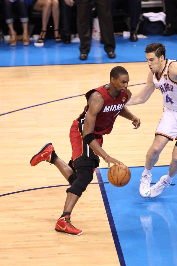 chris-bosh-wears-nike-air-max-hyperdunk-2011-finals-away-pe-2