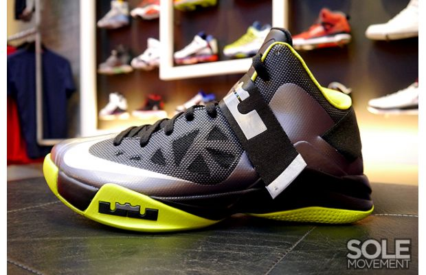 nike-zoom-soldier-6-black-volt-2