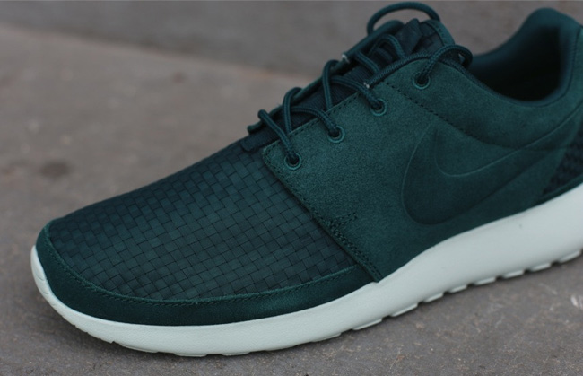 nike-roshe-run-woven-dark-atomic-green-2