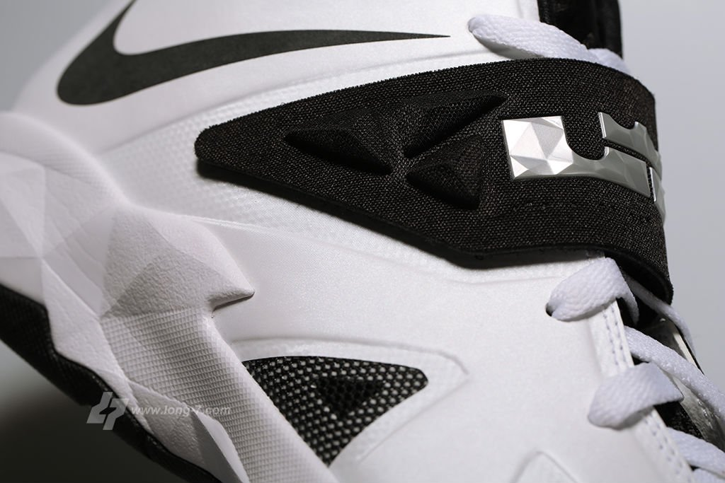 nike-zoom-soldier-white-black-metallic-silver-7