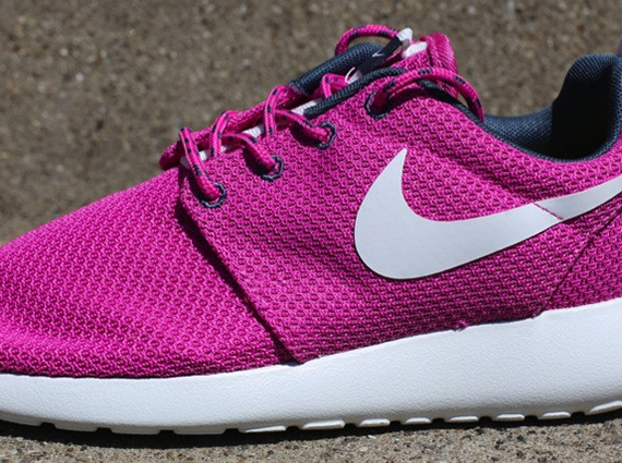 nike-wmns-roshe-run-club-pink-1
