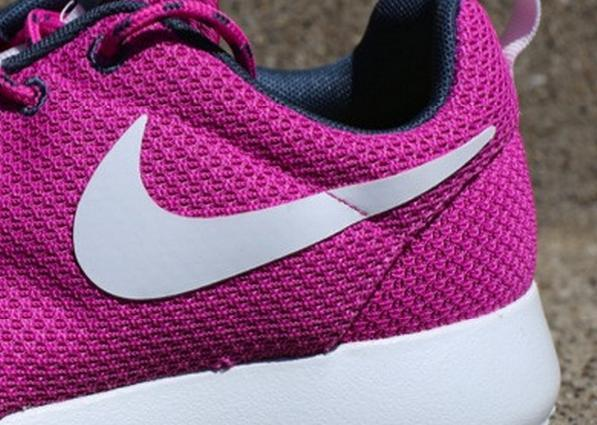 nike-wmns-roshe-run-club-pink-3