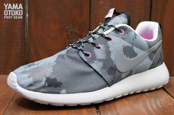 Nike WMNS Roshe Run Print Black Cool Grey Club Pink