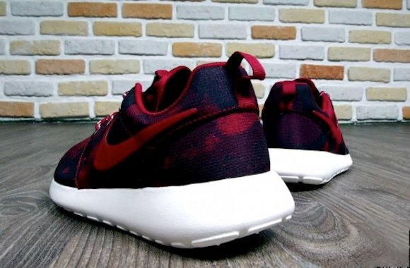 Nike Roshe Run WMNS Noble Red Now Available