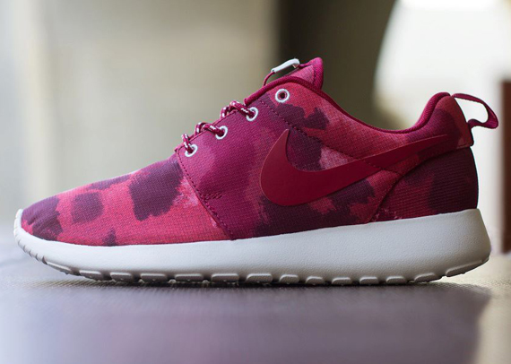 big sale 312fb 61bac Nike WMNS Roshe Run Fusion Red Camo