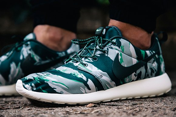 nike roshe run green camo