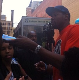 kevin-durant-hands-out-ice-cream-in-brooklyn-1
