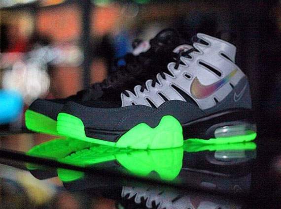 ea-sports-nike-air-trainer-94-max-glow-in-the-dark-1