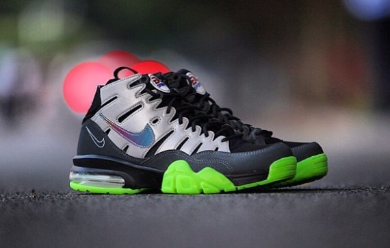 ea-sports-nike-air-trainer-94-max-glow-in-the-dark-2