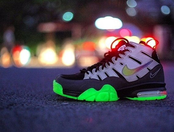 ea-sports-nike-air-trainer-94-max-glow-in-the-dark-4