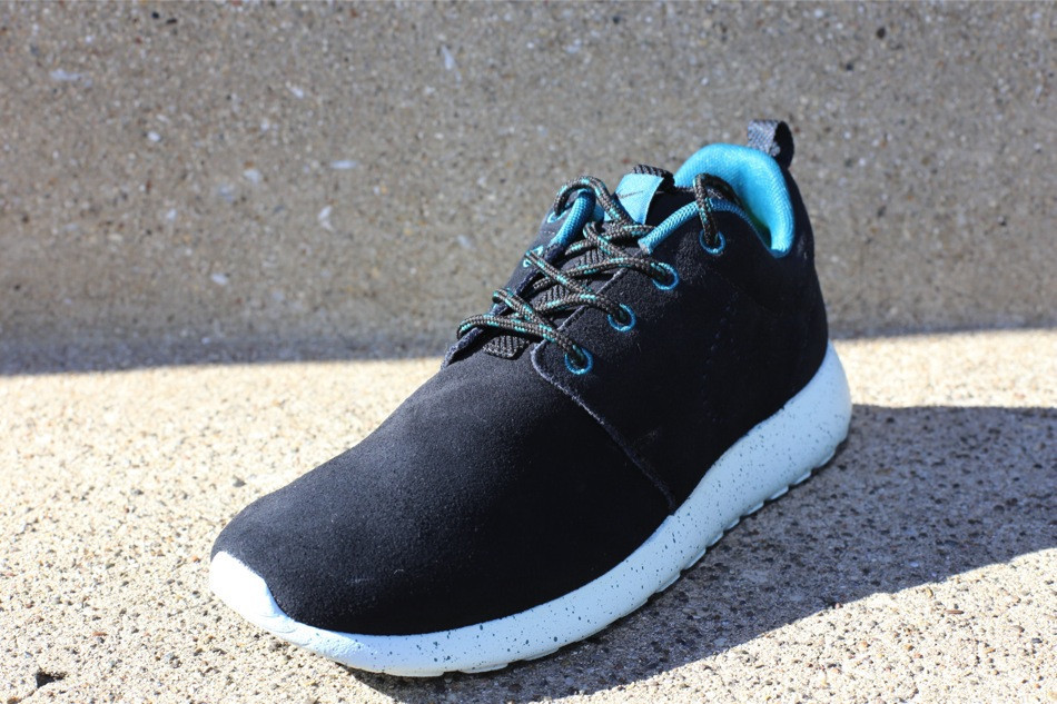 nike-wmns-roshe-run-suede-black-black-dark-sea-blue-tint-2