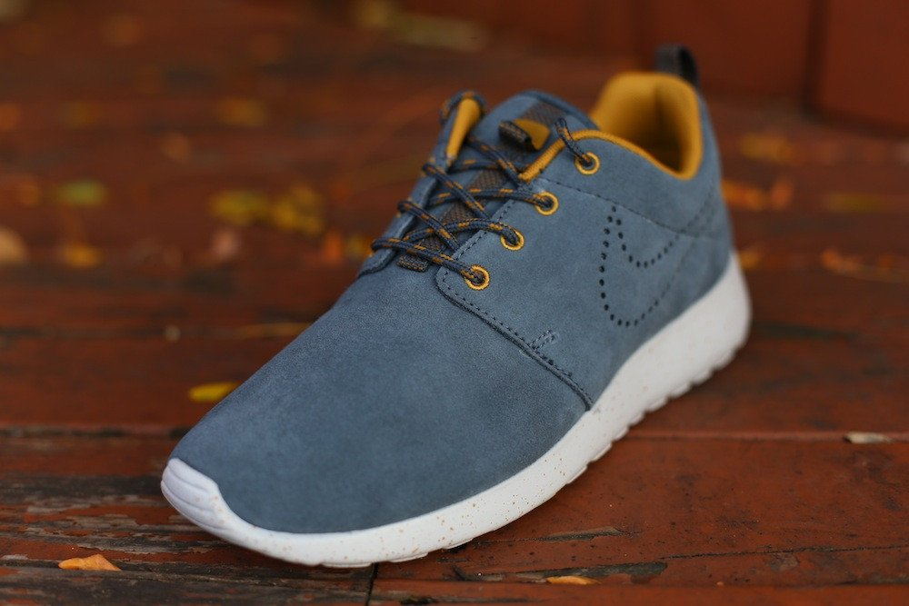 nike-wmns-roshe-run-suede-dark-armory-blue-dark-armory-blue-gold-sand-2