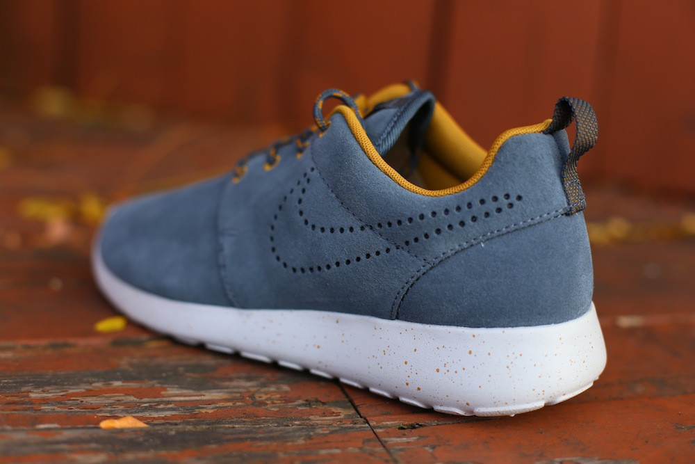 nike-wmns-roshe-run-suede-dark-armory-blue-dark-armory-blue-gold-sand-3