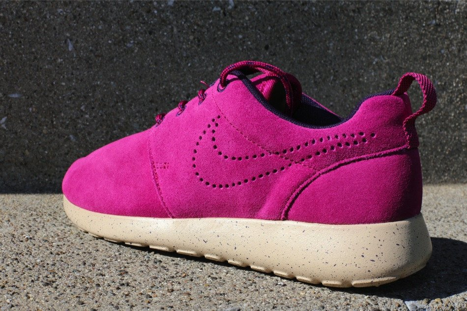 nike-wmns-roshe-run-suede-raspberry-red-raspberry-red-purple-dynasty-2