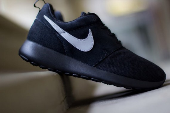 nike-roshe-run-gs-black-metallic-silver-2