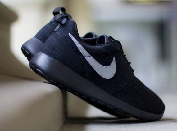 nike-roshe-run-gs-black-metallic-silver-3