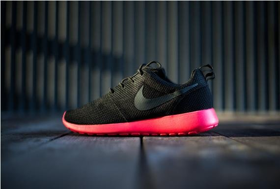 nike roshe run black siren red