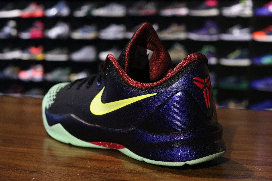 nike-zoom-kobe-venomenon-4-black-lemon-chiffon-court-purple-new-images-4