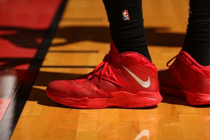 lebron-james-pulls-out-new-pes-for-okc-thunder-matchup-3