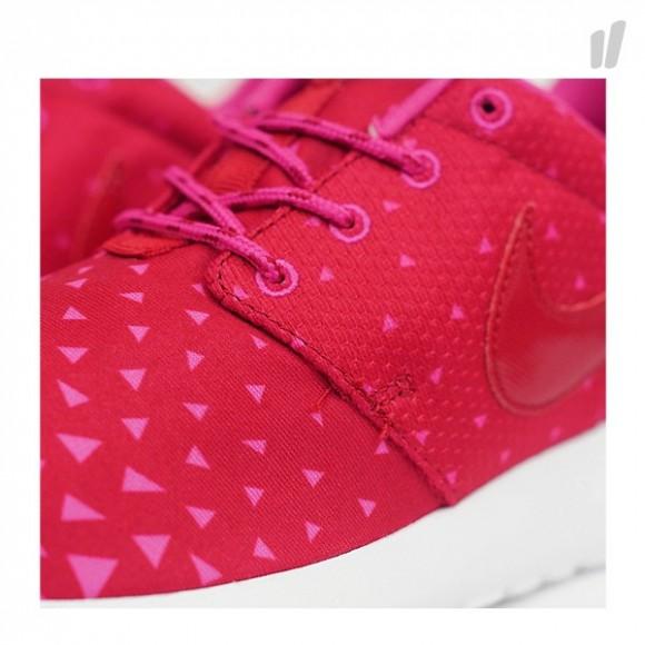 nike-roshe-run-vivid-pink