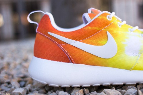 Nike WMNS Roshe Run Sunset Now Available
