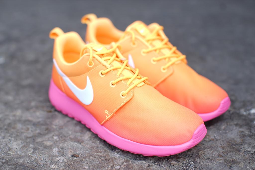 nike-wmns-roshe-run-print-atomic-mango-white-pink-glow-1