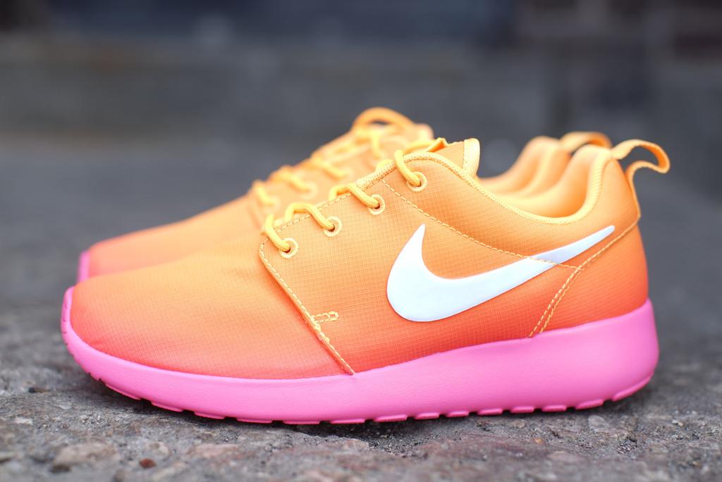 nike-wmns-roshe-run-print-atomic-mango-white-pink-glow-2