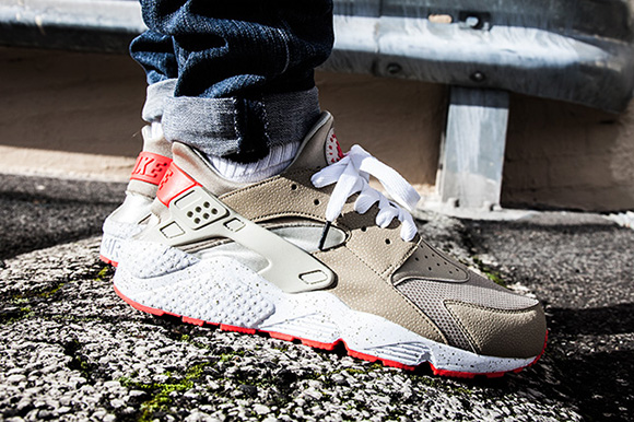 Nike Air Huarache Light Beige/Laser Crimson