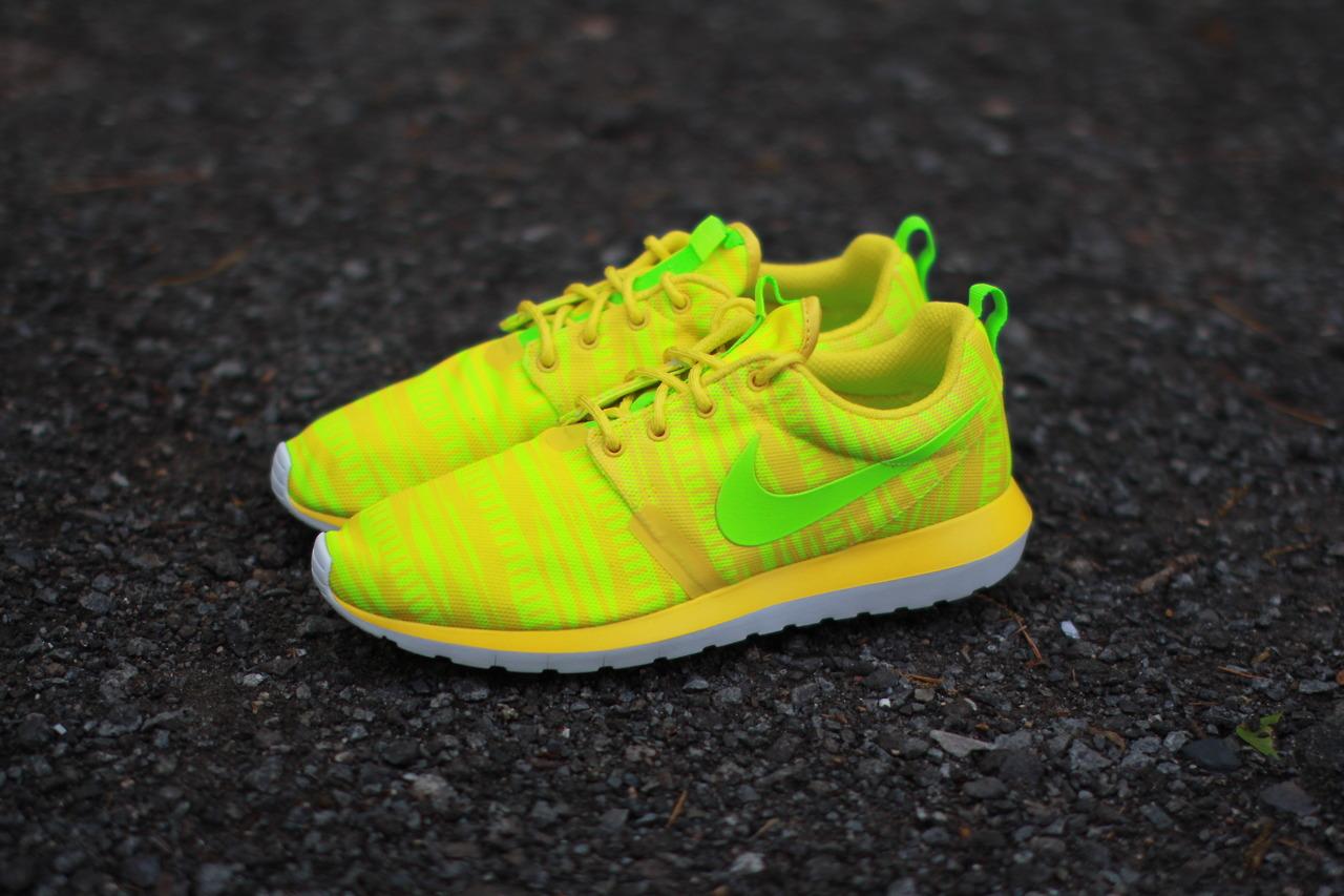 nike-roshe-run-nm-br-charm-yellow-electric-volt-2