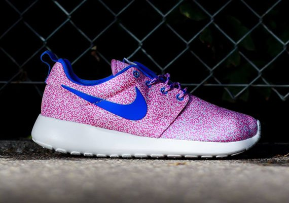 nike-wmns-roshe-run-print-summit-white-hyper-cobalt-light-magenta-volt-2