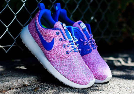 nike-wmns-roshe-run-print-summit-white-hyper-cobalt-light-magenta-volt-3