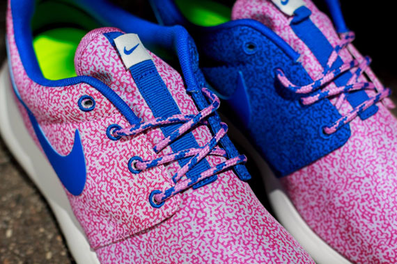 nike-wmns-roshe-run-print-summit-white-hyper-cobalt-light-magenta-volt-4