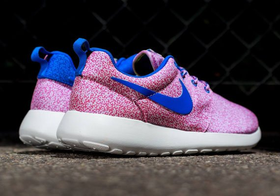 nike-wmns-roshe-run-print-summit-white-hyper-cobalt-light-magenta-volt-5