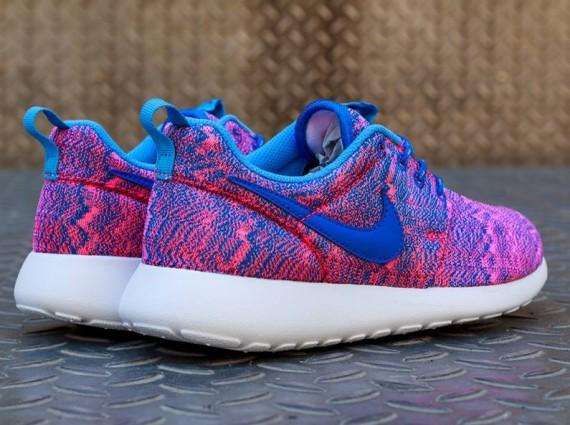 nike-roshe-run-hyper-pink-hyper-cobalt-university-blue-3