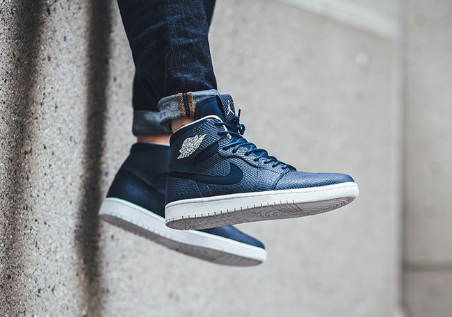Air Jordan 1 High Nouveau Navy On Feet