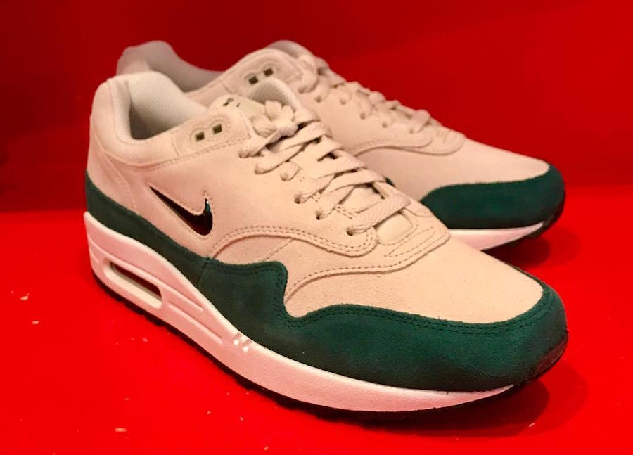 La cabra Billy Desnatar un millón  Nike Air Max 1 Jewel Green Suede 918354-003 | SneakerFiles